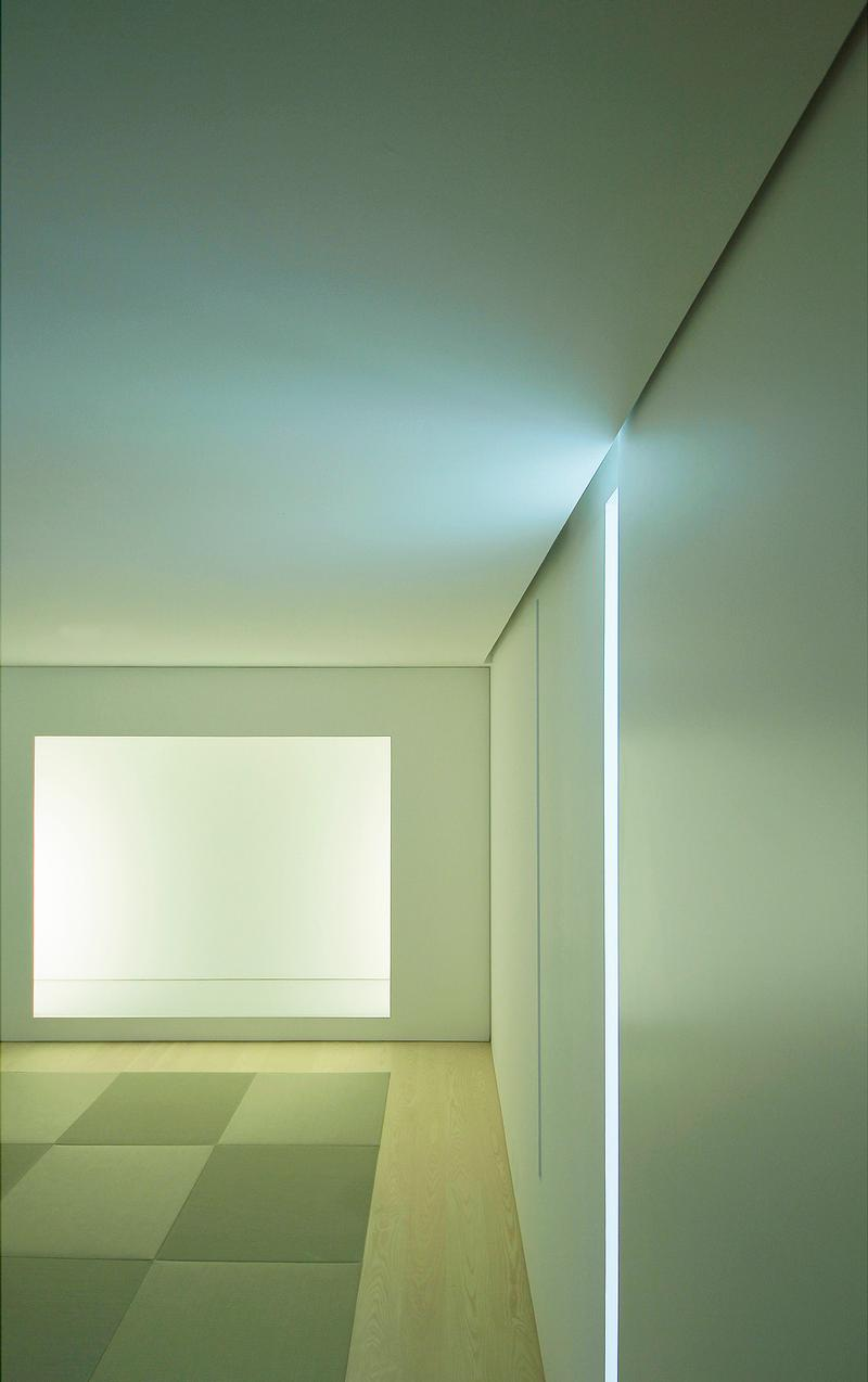 To maintain a consistent minimalism in detailing, the sliding door's track system and indirect lightings are concealed. / Jun Murata