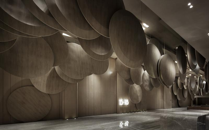As the audience enter the lobby, they will be struck by round plates arranged all across the ceiling. Film reels are portrayed as huge round plates with 2.8 meter diameter, which are linked carefully