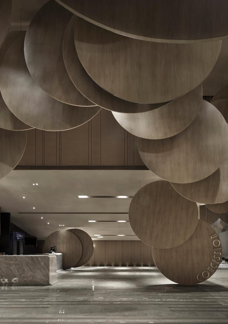 These plates are arranged to overlap each other closely, and are placed in various heights. The wood pattern and the lighting effect together create a sense of movement and suspension, resembling film