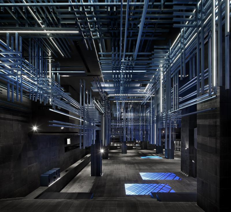 The ceilings, walls and floors are covered in straight and horizontal pits. These pits are also inlaid with LED lights one after another, creating a strong sci-fi visual effect.